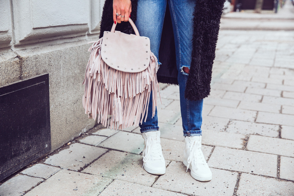 janni-deler-fringe-backpack-maison-scotch5F4A4278