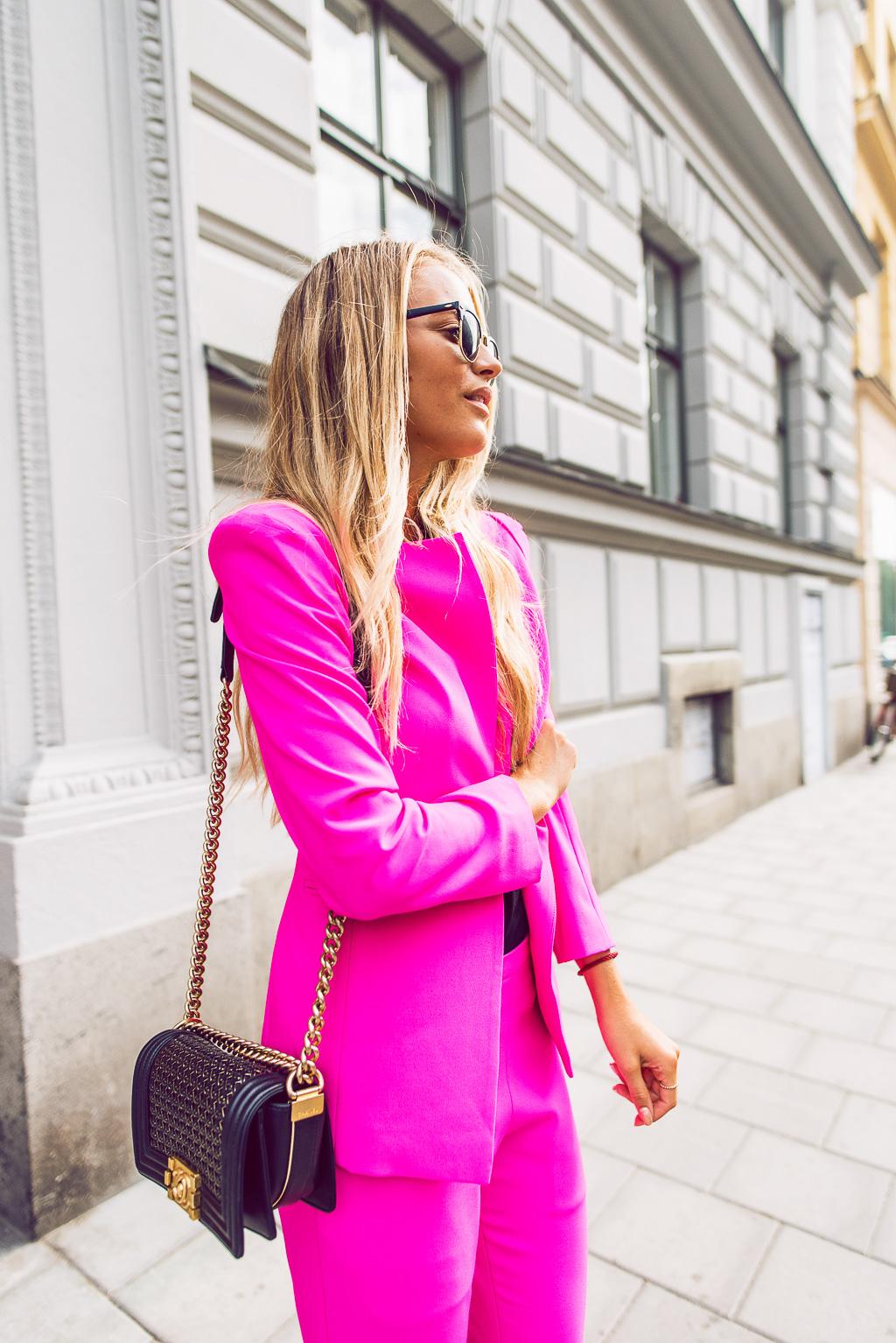 janni-deler-pink-suit-bymalinasDSC_2352-Redigera