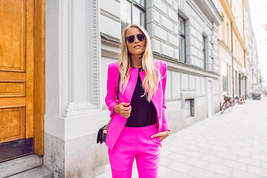 janni-deler-pink-suit-bymalinasDSC_2359-Redigera