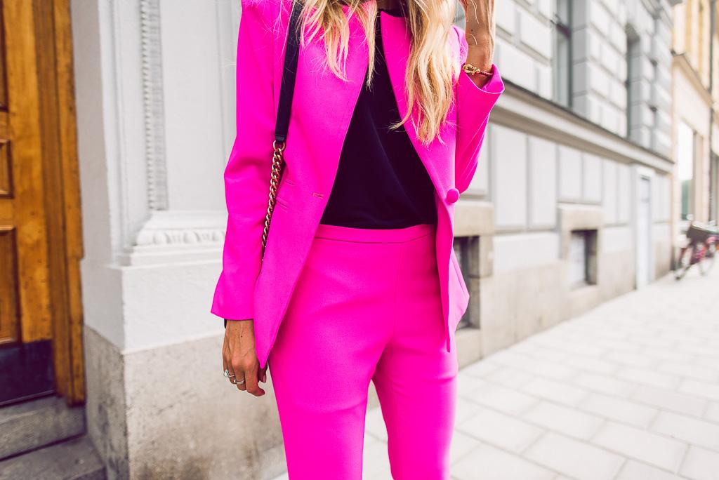 janni-deler-pink-suit-bymalinasDSC_2380-Redigera
